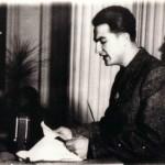 Intervention d'Aco Šopov au Deuxième congrès de l'Union de la jeunesse macédonienne pour la libération du peuple, Skopje, 1945. C'est au cours de ce congrès que les délégués de la jeunesse communiste serbe apportent et distribuent aux participants le premier livre en langue macédonienne paru après la guerre qu'ils ont imprimé à Belgrade (la Macédoine n'avait pas encore de maison d'édition). Il s'agit du livre Poèmes d'Aco Šopov.