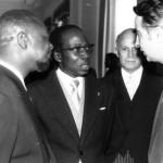 Dakar, Sénégal, 1973, de gauche à droite : Jean-Bedel Bokassa, Président de la République Centrafricaine, Léopold Sédar Senghor, Président du Sénégal, l'Ambassadeur de Suisse et Aco Šopov.
