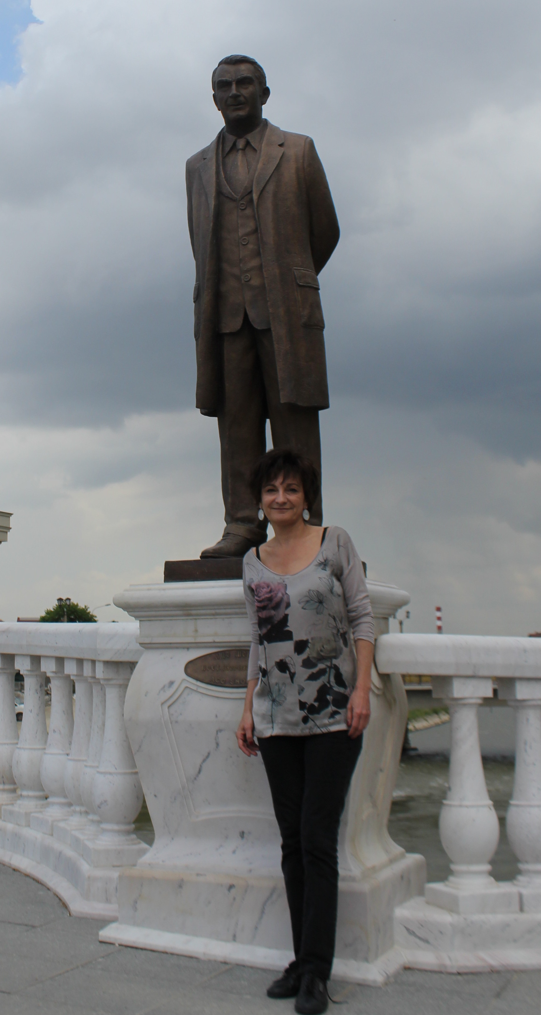 Jasmina Šopova en el Puente de las Artes de Skopje, al pie de la estatua de su padre. Primavera de 2013.