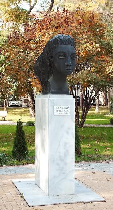 Споменик на Вера Јоциќ во Скопје. Автор: Вида Јоциќ.