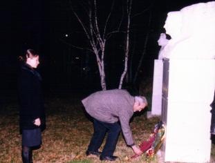 Vladimir ante la estatua de su padre, con Mila