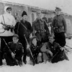 """Hiver 1943-1944 : groupe de partisans de la Troisième brigade macédonienne de choc, avec Vera Jocić, morte au combat le 23 mai 1944, qui a inspiré le célèbre poème """"Les yeux"""" d'Aco Šopov (debout à droite)."""
