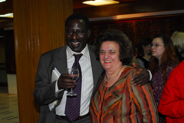 Hamidou Sall avec Svetlana Šopova, veuve d'Aco Šopov, à la Bibliothèque nationale et universitaire « Clément d'Ohrid », Skopje, le 21 mars 2006, Journée mondiale de la poésie, dans le cadre du lancement de l'Année Senghor en Macédoine.