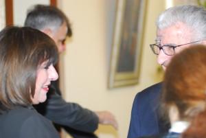 """Илинка Митрева пред отварањето на симпозиумот """"Сенгор во полна слобода"""", го поздравува претседателот Глигоров. Скопје, 20 март 2006"""