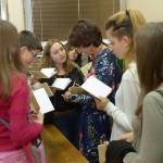 Jasmina Šopova dédicace des exemplaires de Poèmes aux élèves de l'école Aco Šopov