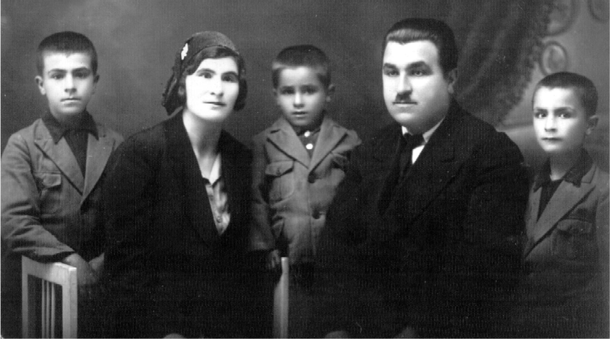 Fotografi familjare, në 1932. Nëntëvjeçari Aco Shopov i fundit në të djajtht.